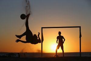 trainingskamp organiseren plannen regelen voetbalteam strand voetballen