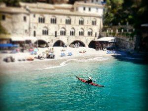 trainingskamp organiseren plannen regelen voetbalteam italie ligurische kust chiavari kano varen langs strand
