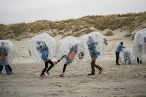 trainingskamp organiseren plannen regelen voetbalteam nederland ameland bubble voetbal strand